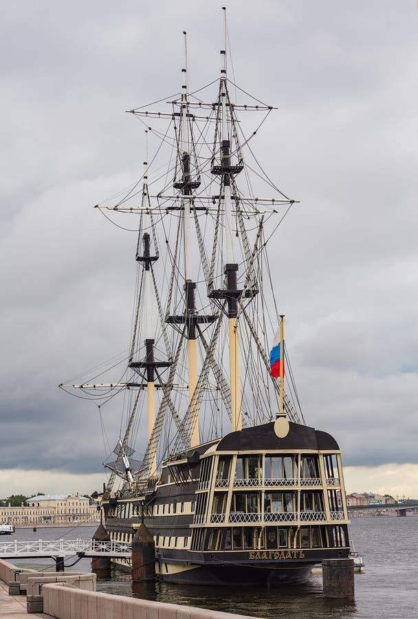 Schip Blagodat in St. Petersburg, Rusland stock fotografie
