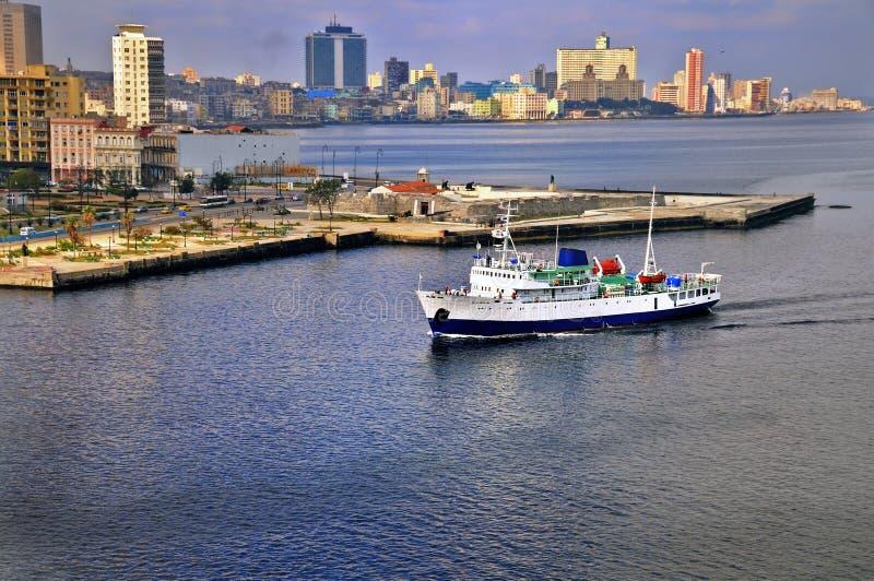 Schip dat aan Havana baai aankomt royalty-vrije stock foto's