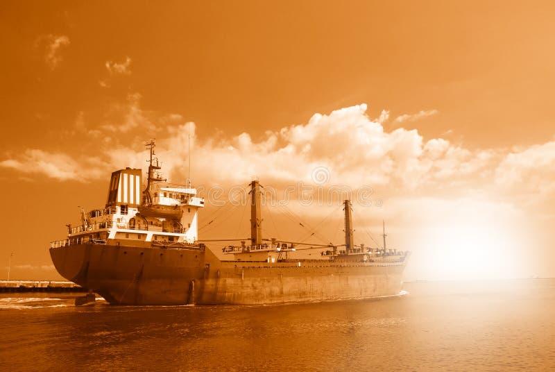 Schip dat de haven verlaat stock foto