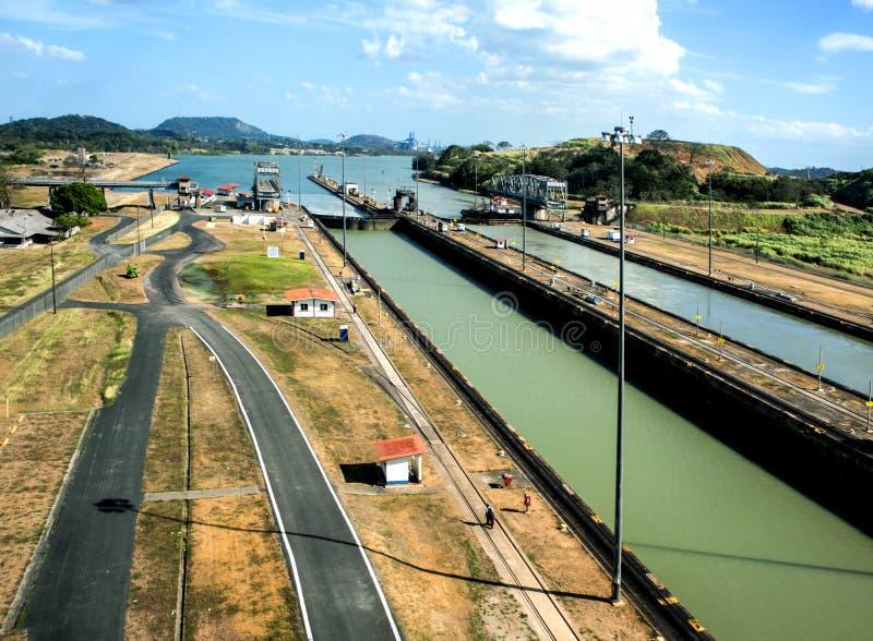 Schip dat het Kanaal van Panama weggaat stock fotografie