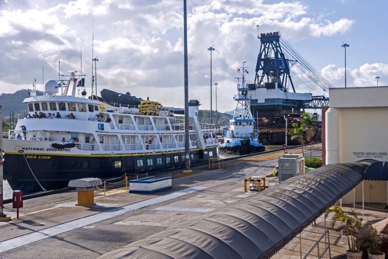 Schip dat het Kanaal van Panama weggaat stock afbeeldingen