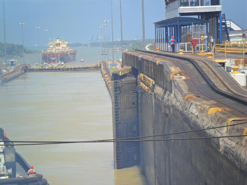 Schip dat het Kanaal van Panama weggaat royalty-vrije stock afbeelding