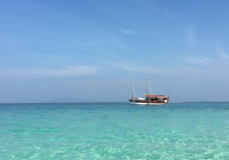 Schip in de azuurblauwe oceaan royalty-vrije stock foto