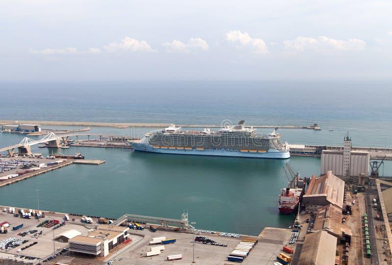 Schip in de haven van Barcelona stock afbeelding