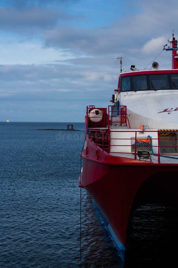 Schip in de haven van Tallinn stock foto