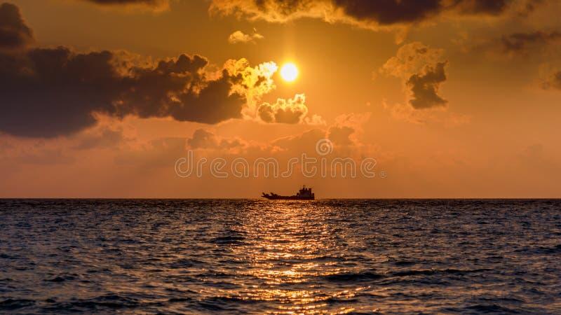 Schip in de horizon bij dageraad stock afbeelding