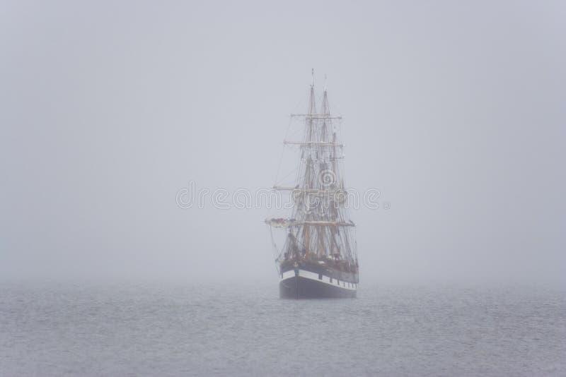 Schip in de mist stock afbeeldingen