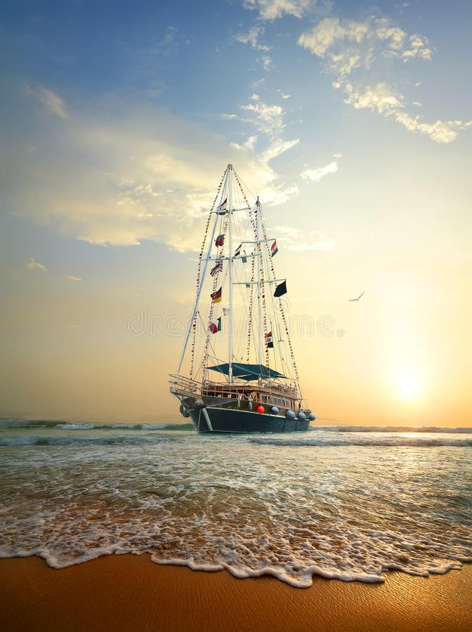 Schip in de oceaan stock afbeelding