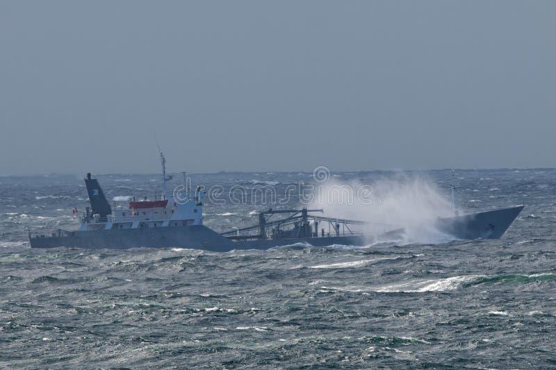 Schip in de storm royalty-vrije stock foto's