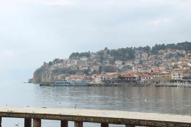 Schip dichtbij de pijler van Ohrid-meer wordt vastgelegd dat stock foto's