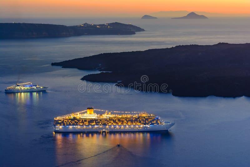 Schip die in de zonsondergang, Santorini-eiland, Griekenland, Europa varen royalty-vrije stock foto