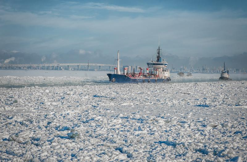 Schip die door het ijsoverzees gaan De winterfairway royalty-vrije stock foto's