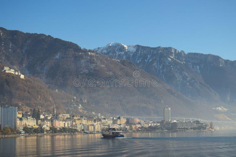 Schip die naar Montreux met bergen op de achtergrond kruisen stock foto