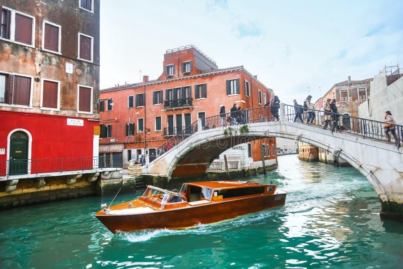 Schip die onder brug in Venetië varen stock foto's