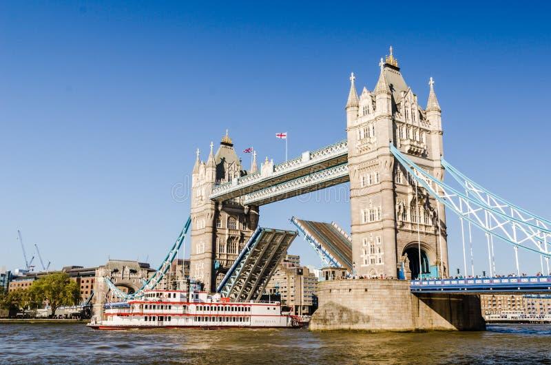 Schip die onder Torenbrug overgaan royalty-vrije stock foto's
