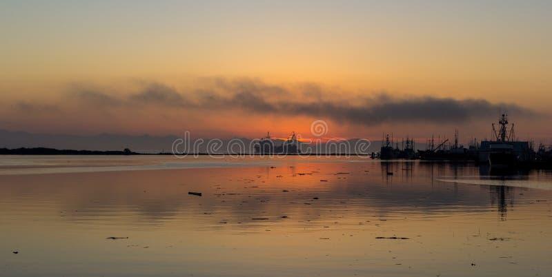 Schip die tijdens de Zonsondergang varen stock fotografie