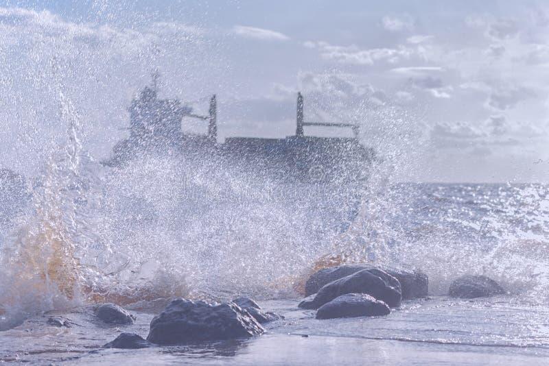 Schip in een stormachtige overzees stock foto
