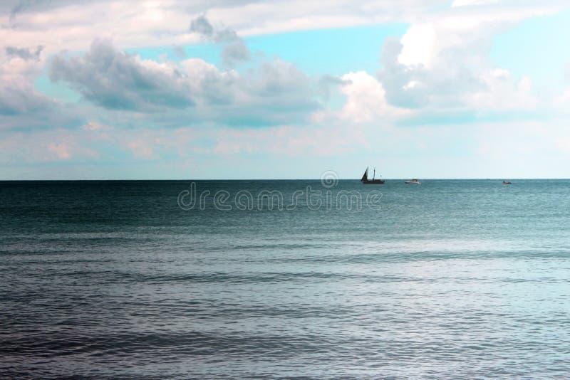 Schip en boten met op zee mensen stock afbeelding