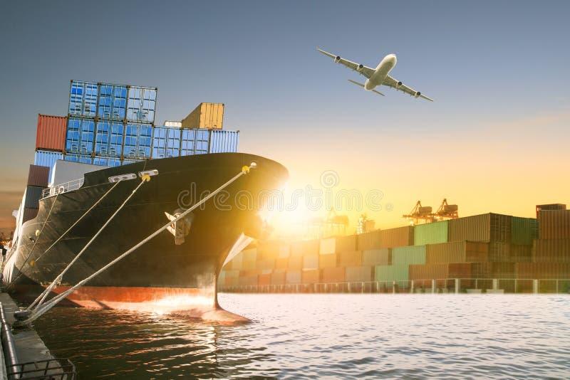 Schip en containerdoos en vrachtvliegtuig die over het verschepen van dok vliegen royalty-vrije stock foto's