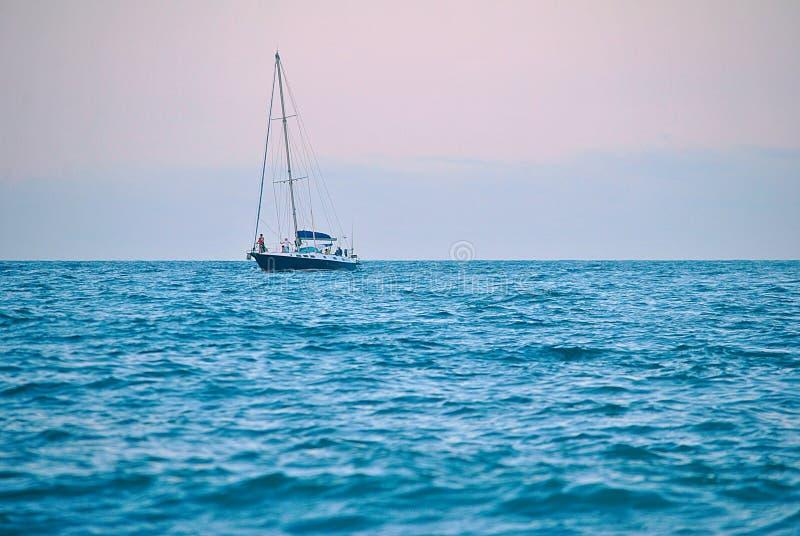 Schip in het blauwe overzees stock fotografie