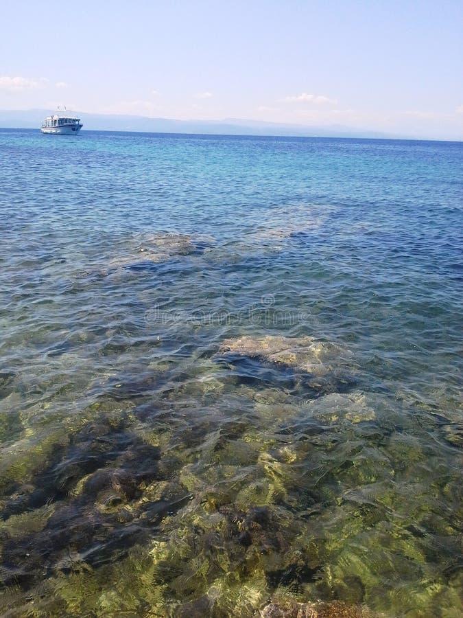schip in het glasheldere water royalty-vrije stock foto's