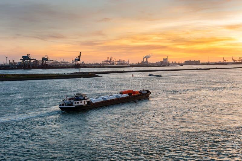 Schip in het kanaal van Nieuwe Waterweg stock foto's