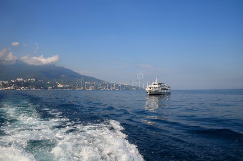 Schip in het overzees op de golven District van Yalta, de Krim, Zwart S stock afbeeldingen