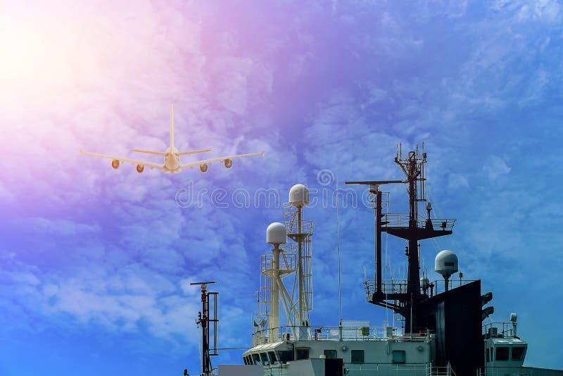 Schip met mededeling en Mast, antenneradio van Sleepboot stock afbeelding