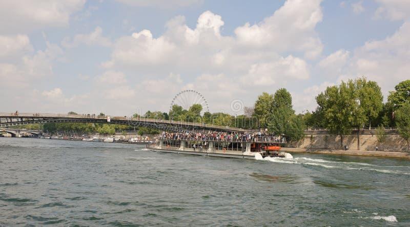 Schip met toeristen aan boord van gevaren onder de brug Leopold Sed royalty-vrije stock afbeelding