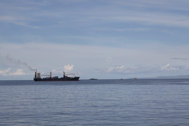 Schip in oceaan stock afbeelding