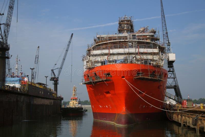 Schip onder reparaties met steiger in scheepswerf royalty-vrije stock fotografie