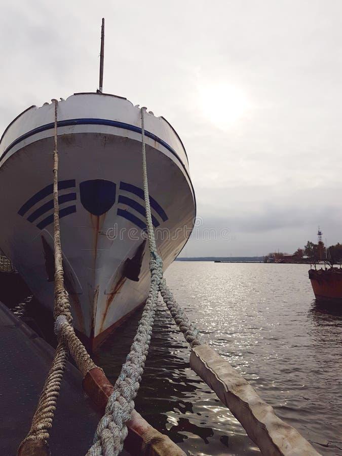 Schip op alonside in scheepswerf voor reparaties wordt gelegd die stock afbeeldingen