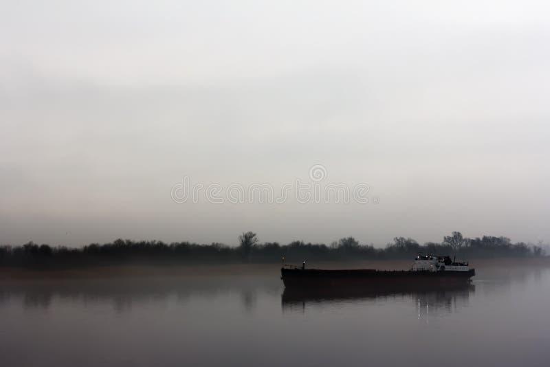 Schip op de IJssel-rivier dichtbij Wilsum tijdens een vroege zonnige en nevelige ochtend royalty-vrije stock foto's