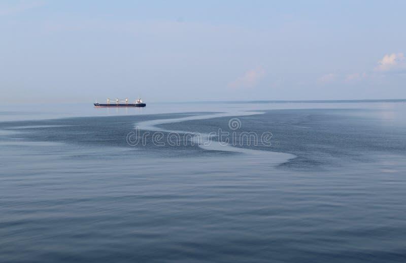 Schip op de oppervlakte van het overzees royalty-vrije stock fotografie