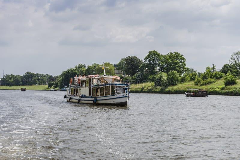 Schip op de Vistula-rivier royalty-vrije stock afbeeldingen