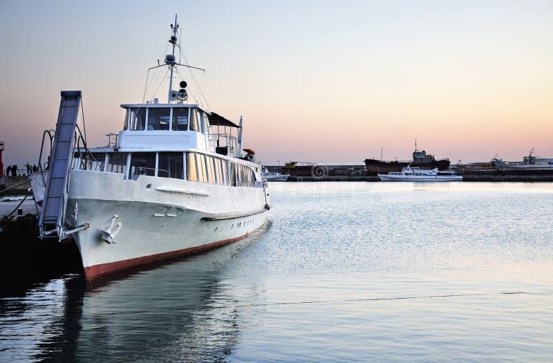 Schip op de zeekust stock fotografie