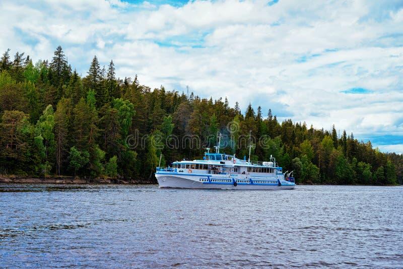 Schip op het Meer van Ladoga en Aard van Valaam-Eiland in Karelië, Rusland royalty-vrije stock fotografie