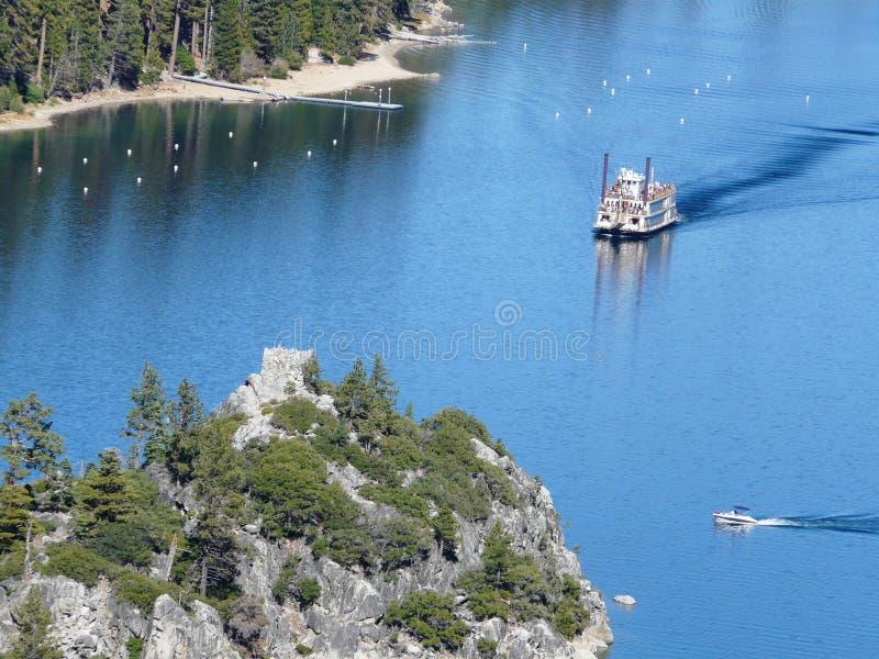 Schip op meer tahoe stock afbeelding