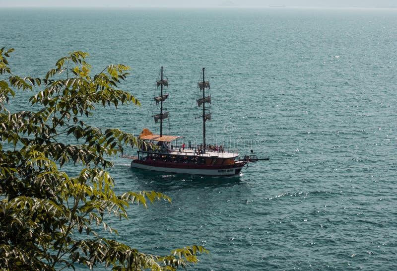 Schip in overzeese haven van oude stad Kaleici, Antalya, Turkije stock foto