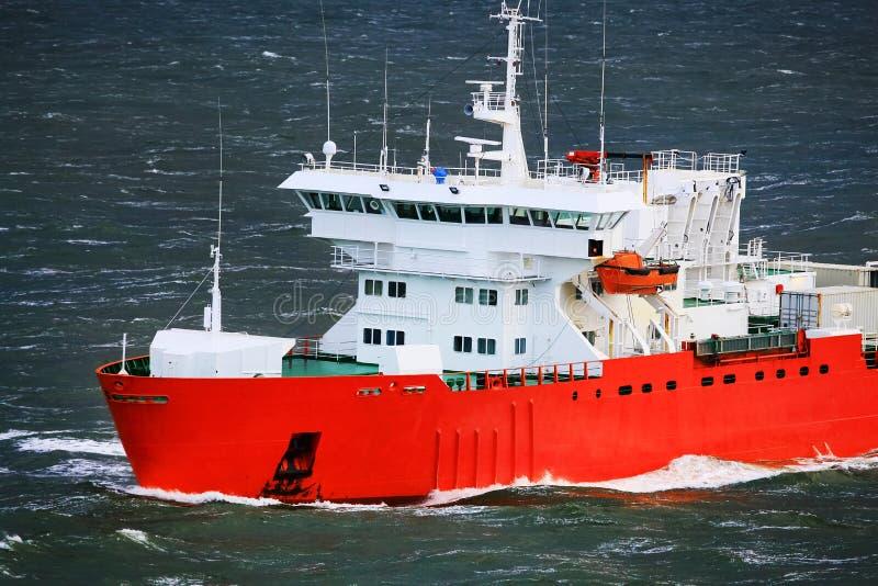 Schip in ruwe overzees royalty-vrije stock foto