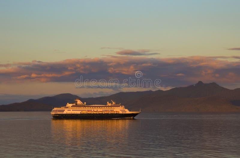 Schip tijdens Zonsondergang stock foto