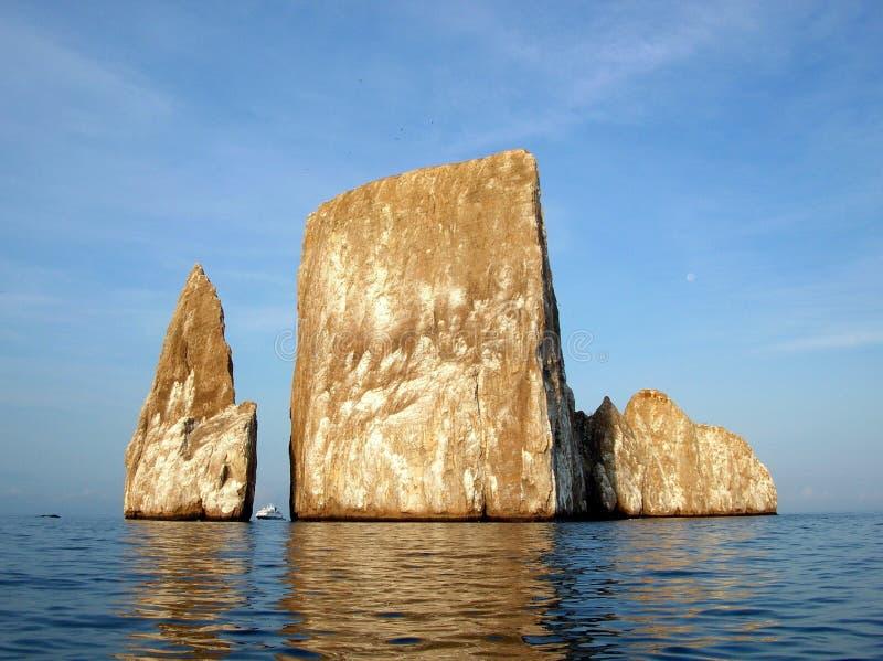 Schip tussen de Rotsmonolieten in de Galapagos royalty-vrije stock afbeeldingen