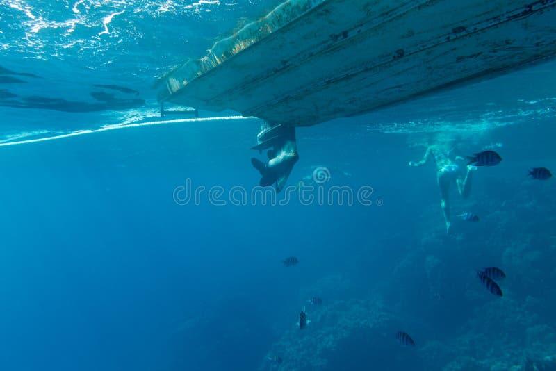 Schip uit het water wordt geschoten dat stock afbeeldingen