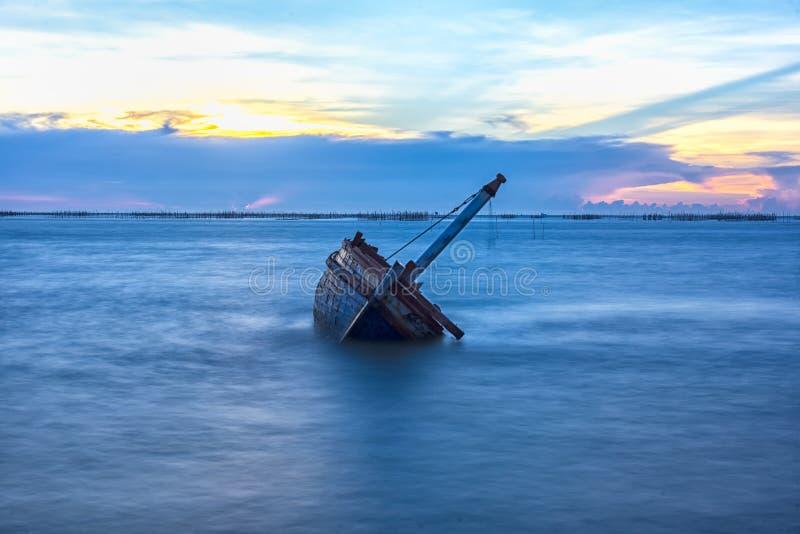 Schipbreuk of gesloopte boot stock afbeeldingen