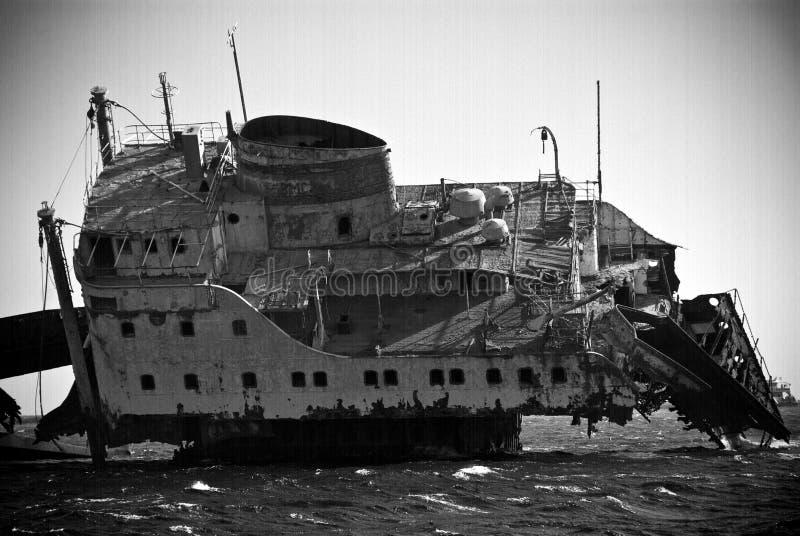 Schipbreuk in oceaan royalty-vrije stock afbeelding
