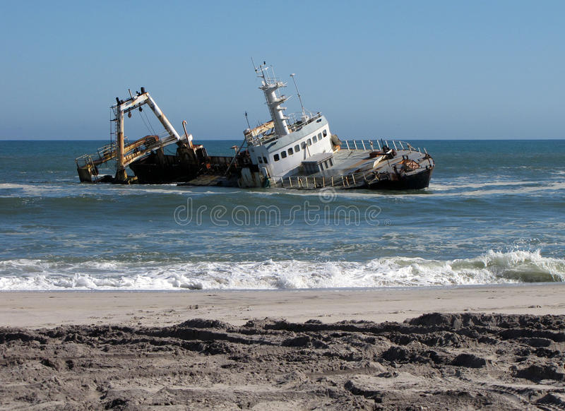 Schipbreuk op het strand royalty-vrije stock afbeelding