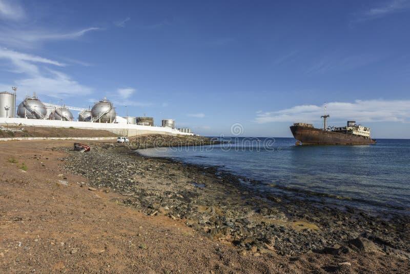 Schipbreuk op industriezone op Lanzarote, Arecife, Canarische Eilanden, Spanje stock afbeeldingen