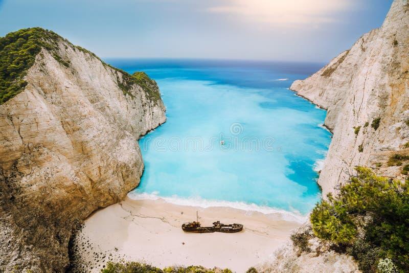 Schipbreuk op Navagio-strand Azuurblauw turkoois zeewater en paradijs zandig strand in avondlicht Het beroemde toerist bezoeken royalty-vrije stock foto