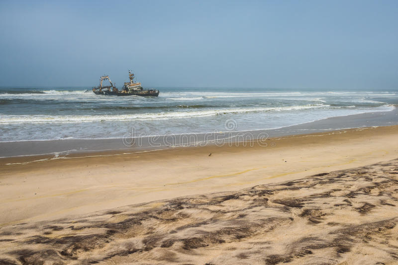 Schipbreuk op strand, Skeletkust, Namibië royalty-vrije stock foto