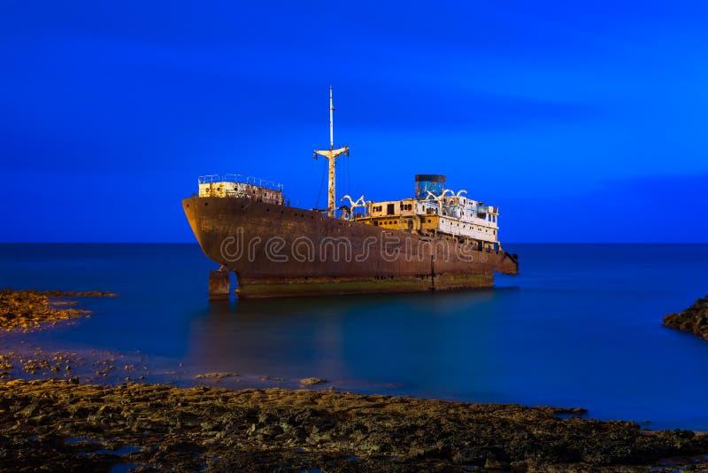 Schipbreuk van de kust van Arrecife Lanzarote royalty-vrije stock afbeeldingen